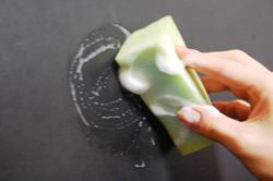 スポンジで革を拭いている写真